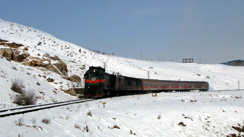 رفت و آمد قطارهای منطقه آذربایجان با وجود برف و کولاک روان است