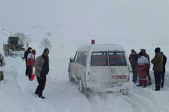 نجات بیش از ۱۲۲ خودرو گرفتار در برف و کولاک در محورهای آذربایجان غربی